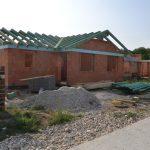 Dokončovanie zastrešenia ďalšieho domu v Novej Dedinke